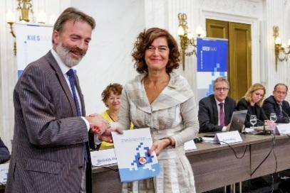 photo of Chairman of The Electoral Council Henk Kummeling with Speaker of The House of Representatives Anouchka van Miltenburg taken on 30 May 2014